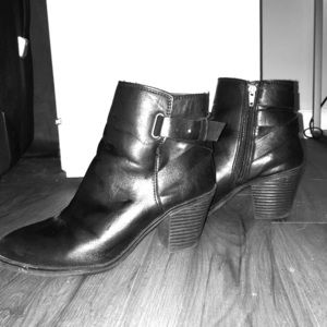 Black ankle booties size 7 madden girl
